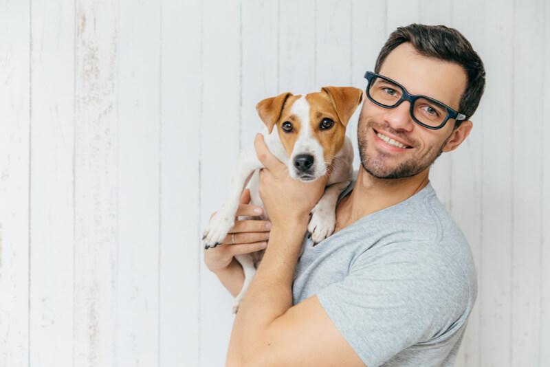 笑顔で愛犬を抱く男性