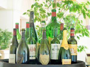 白ワインのボトルの画像