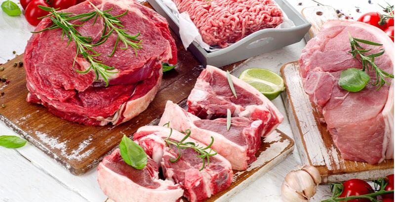 チキンや牛など新鮮な生肉