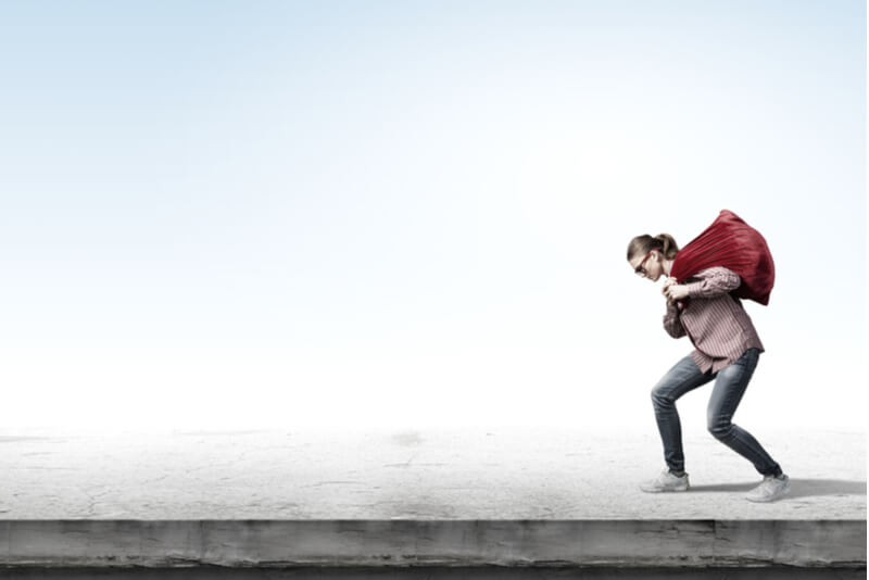 重たいドッグフードを運ぶ女性
