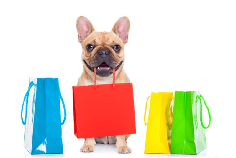 お買い物をする犬
